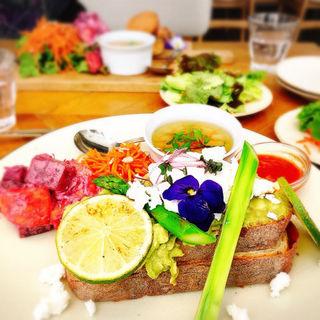 スマッシュアボカドトースト(METoA Cafe & Kitchen)