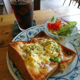 タマゴフィリングとベーコンのチーズトースト(GLOBE MOUNTAIN COFFEE)