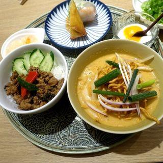 豚挽肉のガパオライスと揚げ麺のせカレーヌードルセット(Rice people,Nice people!)
