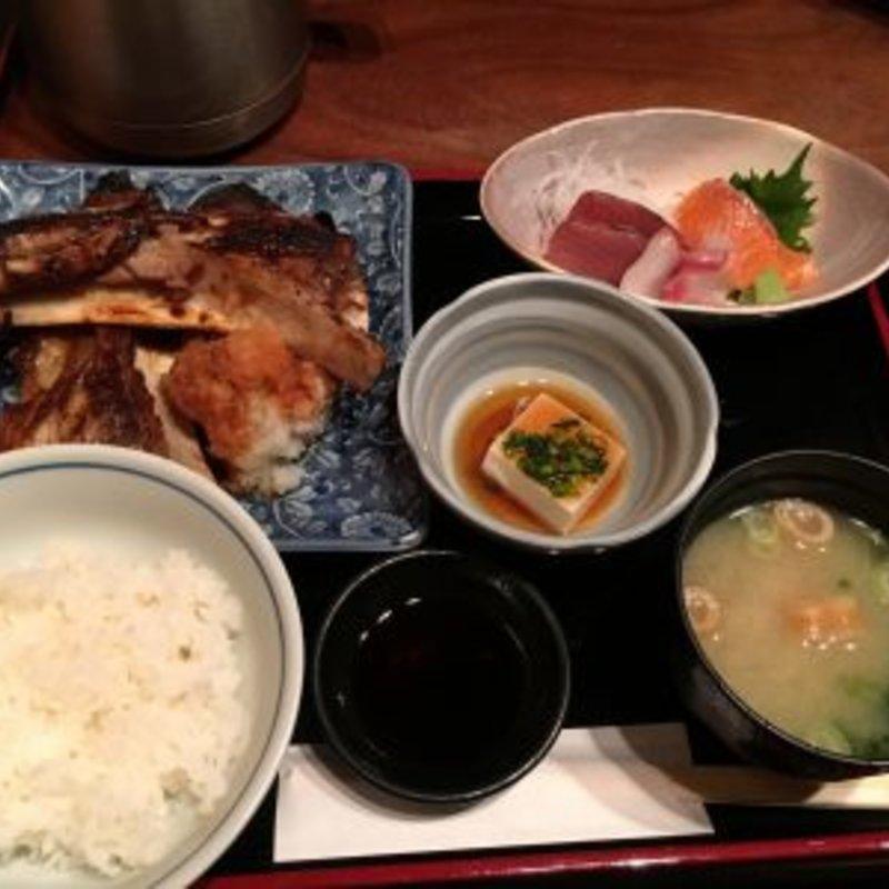 鮪カマ焼き(小)と刺身定食