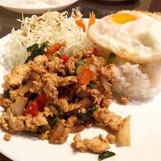 ガパオカイラットカオカイダオ(鶏肉のバジル炒めのせご飯)玉子付(リトルバンコク )