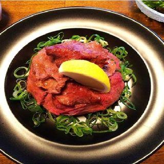 ローストビーフと牛タンの贅沢丼(Cave)