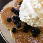 ブルーベリー、ホイップクリームとマカダミアナッツパンケーキ(Eggs 'n Things 銀座店)