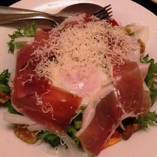 イタリア産プロシュートと千葉県産濃厚赤玉子のシーザーサラダ(隠れ房 川崎店)