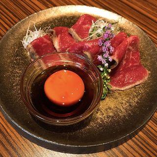 和牛モモ肉タタキ黄味醤油(肉バルGAM 梅田お初天神店)