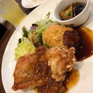日替わりランチドリンクバー付 838円 【火】竜田チキンとコロッケ&茄子の煮びたし