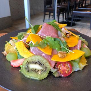 パンプキンとフルーツのサラダ くるみと生ハムを添えて(CAFE COUVERT)