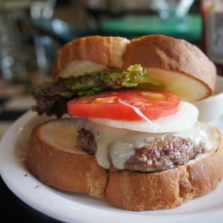 ハンバーガーにモッツァレラチーズをトッピング(ジャックカフェ (Jack-Cafe))