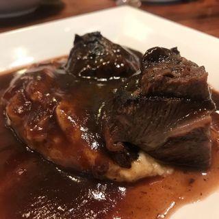 牛頬肉の赤ワイン煮込み、ホワイトトリュフの香るマッシュポテトを添えて(赤白 (KOHAKU))