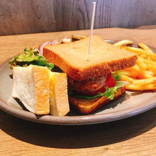 ジューシー照り焼きチキンとローストオニオンのサンドイッチ
