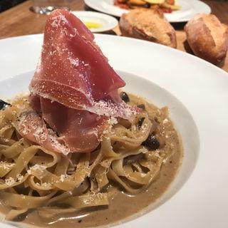 ポルチーニ茸と生ハムのクリームソース タリアテッレ(dining social)