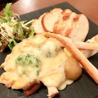 目の前で削るラクレット バケットと温野菜(チーズ酵房 Parme (チーズコウボウ パルメ))