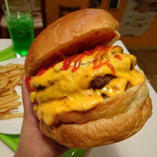 アメリカンバーガー+パティ×2+チェダーチーズ×6(アメリカンポップカフェ ビッグベリーマン 東大阪店)