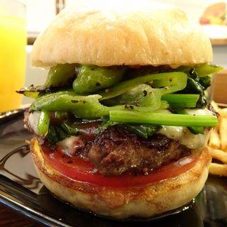 ハンバーガー(ホワイトバンズ、ビーフパティ、万願寺唐辛子、ほうれん草、トマト、バーベキューソース)+モッツアレラチーズ(milia burger)