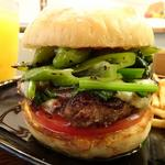 ハンバーガー(ホワイトバンズ、ビーフパティ、万願寺唐辛子、ほうれん草、トマト、バーベキューソース)+モッツアレラチーズ