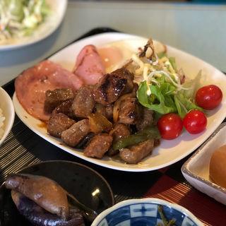 サイコロステーキハムエッグ定食