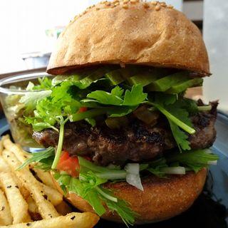 ハンバーガー(全粒粉バンズ、アボカド、パクチー、水菜、期間限定サルサソース)(milia burger)