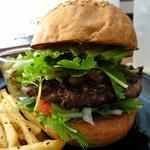 ハンバーガー(全粒粉バンズ、アボカド、パクチー、水菜、期間限定サルサソース)