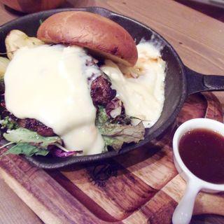 ラクレットチーズのグリルプレート C (Cheese Cheers Cafe 三宮)