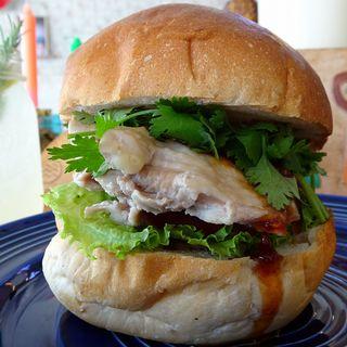 蒸し鶏とパクチーバーガー~ピリ辛醤油ソース~