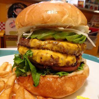 チーズバーガー+パティ+アボカド+トマト(アメリカンポップカフェ ビッグベリーマン 東大阪店)