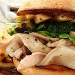 ハンバーガー(全粒粉バンズ、ポークリブ、期間限定タケノコ、ほうれん草、ブロッコリー、トリュフフレーバーソース)