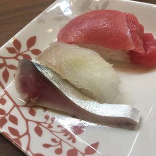 お通し 握り(マテガレイ、鮪中トロ)、鯖キズシ(活魚専門 市村)