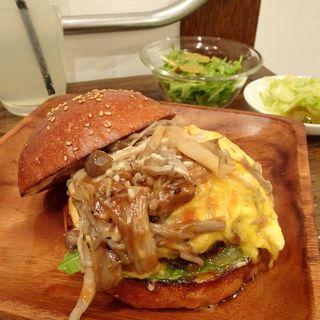スクランブルエッグバーガー(きのこソテーバージョン)(milia burger)