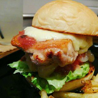 ホワイトバンズ+チキンレッグ+トマト+レタス+玉ねぎ+モッツァレラチーズ+うめソース(milia burger)