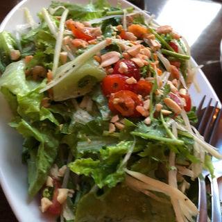 パクチーと青いパパイヤのサラダ レモングラスドレッシング(カフェ・シンガプーラ 海南鶏飯 )