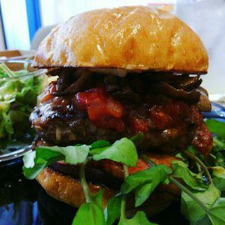 ブラウンバンズ+ビーフパティ+ベーコン+舞茸+さつまいも+クレソン+トマトソース(milia burger)