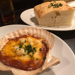 帆立の雲丹クリーム焼き & フォカッチャ(Pasta Piccola due 車道店 (パスタ ピッコラ ドゥエ))