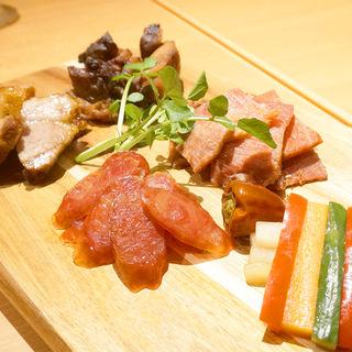 肉の盛り合わせ(酒肴麺飯 アテニヨル 天神店)