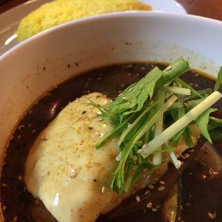 バンバーグスープカレー黒(海老出汁、チーズトッピング)(イエロースパイス)