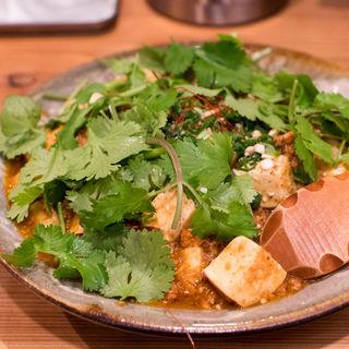 カレー屋の麻婆丼+パクチー