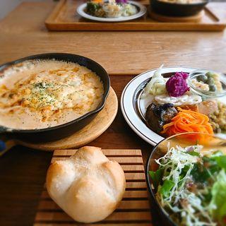 海老ときのこのビスク風ファルファッレグラタンお野菜のDELIのプレート(monoile cafe)