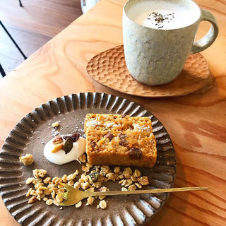 キャロットケーキとほうじ茶ラテ(kokage cafe)