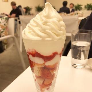 いちごパフェ(六花亭 札幌本店)