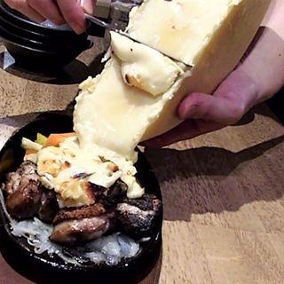 ラクレットチーズ   炭焼きチキン+新鮮生野菜盛り合わせ(江坂バル 炭火とお肉とお魚と Mr.MEAT & Ms.CHEESE)