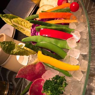 18種類の厳選野菜のバーニャカウダ 温かいニンニク風味のアンチョビクリームソースで(メデューサ)