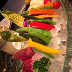 18種類の厳選野菜のバーニャカウダ 温かいニンニク風味のアンチョビクリームソースで