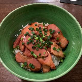 ベーコンのバター醤油丼(店屋町バール 鈴太郎)