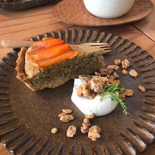 柿とほうじ茶の米粉のタルト(kokage cafe)