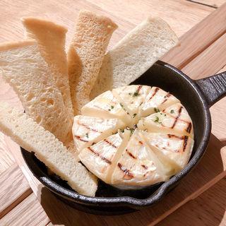丸ごと1個のカマンベールチーズオーブン焼き(俺のビストロ&bakery 心斎橋)