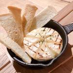 丸ごと1個のカマンベールチーズオーブン焼き