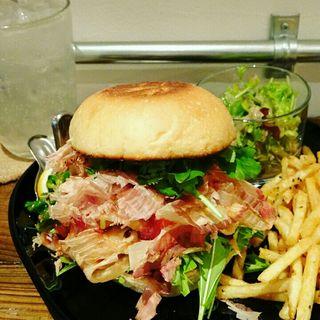 ハンバーガー(ホワイトバンズ+ポークリブ+もち+水菜+三つ葉+パクチー+トマトソース+レモンソルト+鰹節)(milia burger)