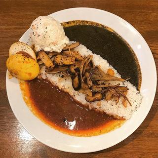 あいがけカレー きのこ炒め+ポテサラ+煮卵(トーキョースパイスカレー赤と黒)