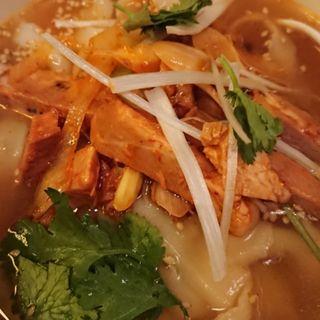 ネギと煮込みチャーシューの刀削麺(西安刀削麺酒楼 三田店 (セイアントウショウメンシュロウ))