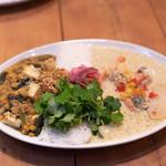 タイ風海老と野菜のグリーンカレーと厚あげとホウレン草の豆カレーのあいがけ、パクチー増量