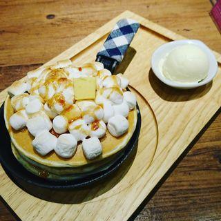 焼きマシュマロと焦がし塩キャラメルのパンケーキ(パンケーキカフェ mog 難波店)